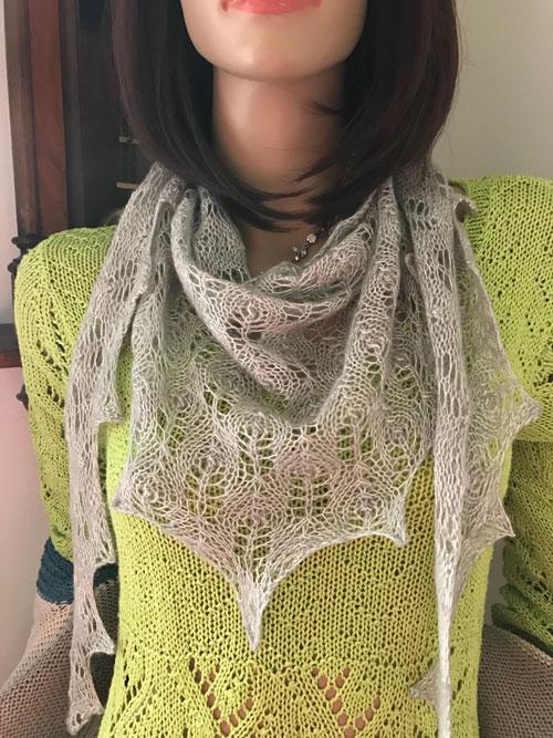 Den grå tonade sjalen heter Nurmilintu och finns gratis på Ravelry fbe8ad9b7d6a7